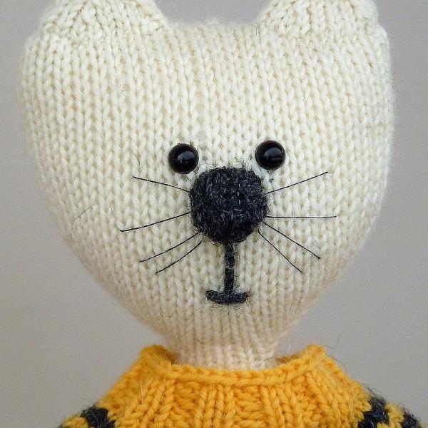 Dziergacy kot w sweterku portret amigurumi woolloop Druty na okraglo