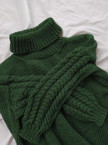 Sweter z warkoczami i z golfem z wloczki Must have Yarn and Colors woolloop