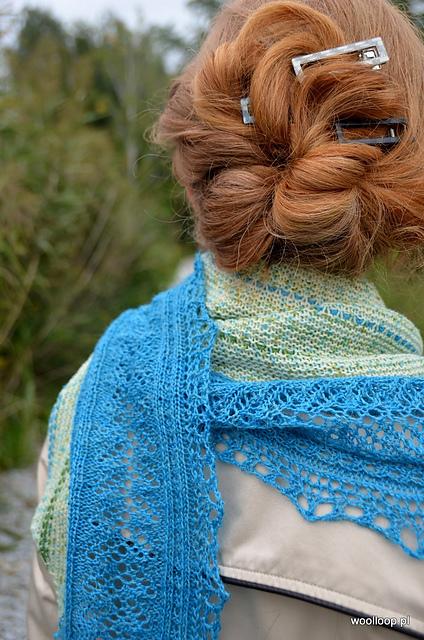 azurowa chusta na drutach