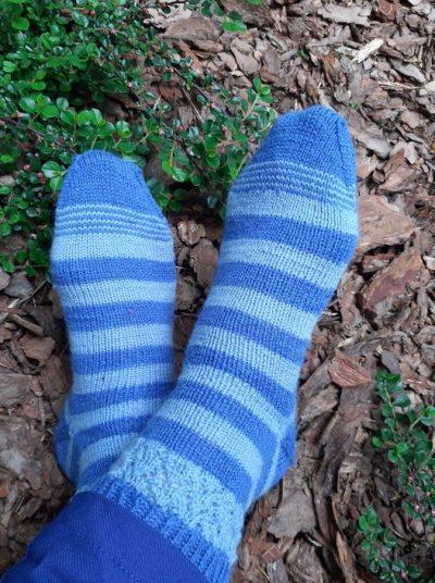 niebieskie skarpetki w paski @agusiowe broszki z wloczki Cool Wool Performance