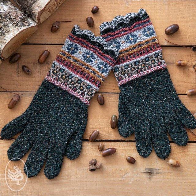 pieciopalczaste rekawiczki na drutach z wzorem wrabianym z wloczki Durable Forest
