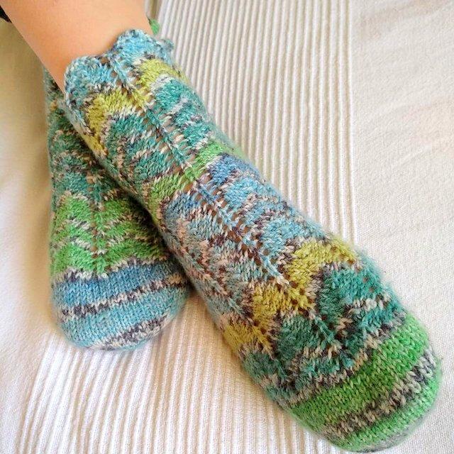skarpetki ze wzorem zygzakow z wloczki Grundl Hot Socks Pearl color wloczka skarpetkowa z kaszmirem woolloop