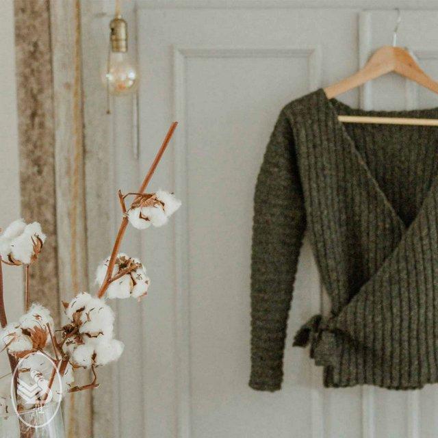 szydelkowy zielony sweter typu wrap z wloczki Durable Forest