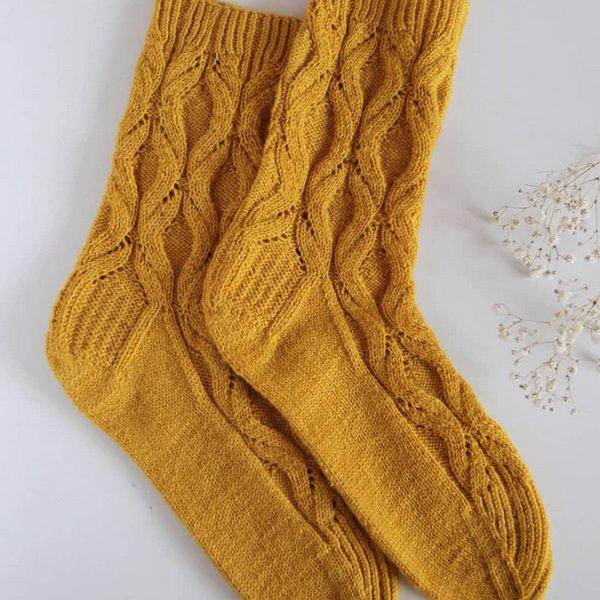 zolte skarpety na drutach Avocado Socks z wloczki cool wool Performace